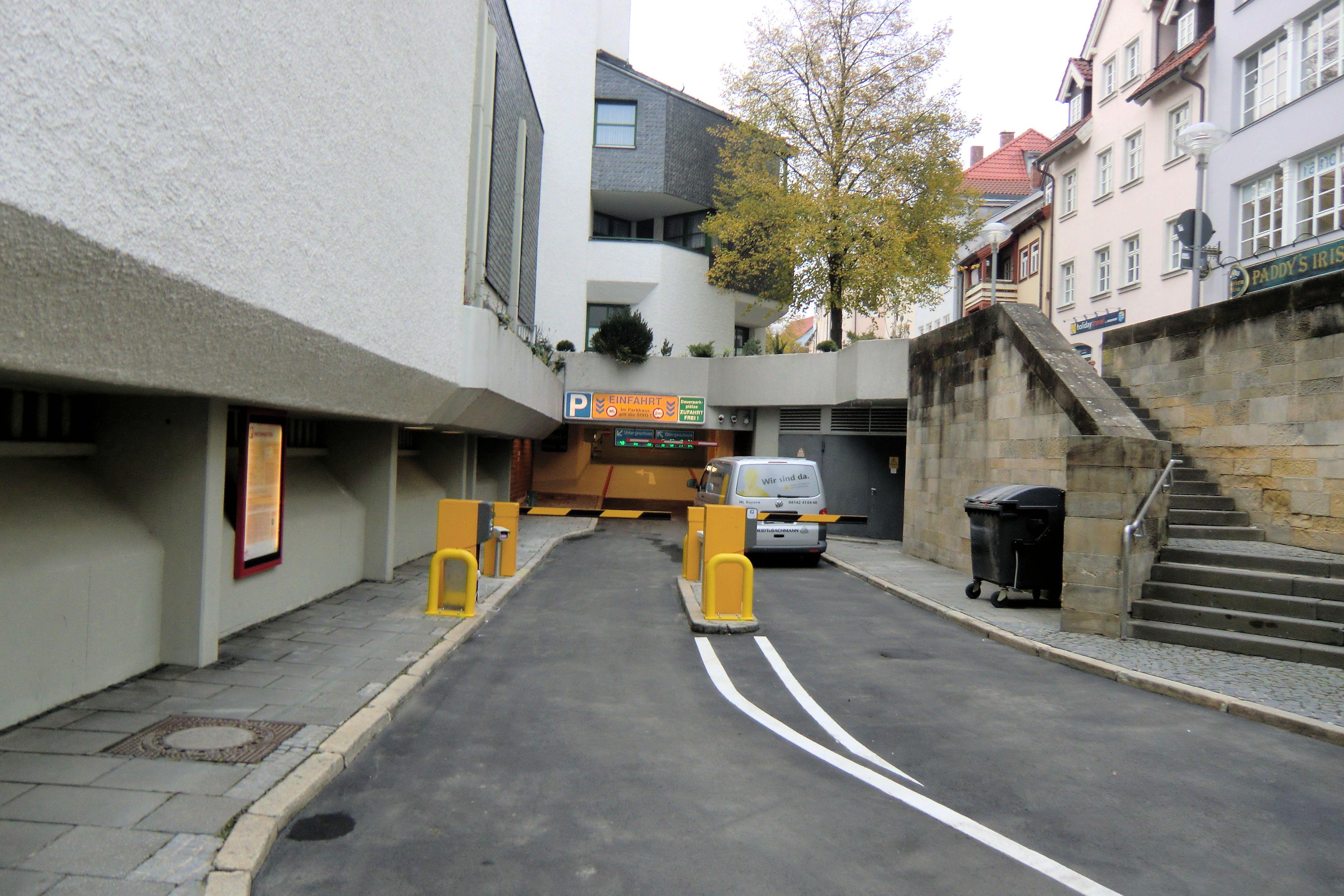 Einfahrt Parkhaus Mauer